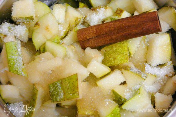 В сотейнике смешать груши,сахар,сок и палочку корицы.