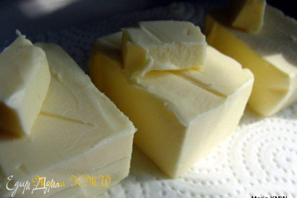 Сливочное масло разделить на три равные части.