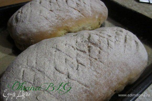 Выпекать в разогретой духовке (180 градусов) примерно 30-40 минут. Я проверяю хлеб постукивая по дну, когда звух при постукивании становится глухой( хлеб должен ухать))) значит он готов.)