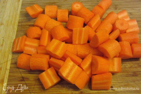 Можно использовать и немолодую и большую морковь. Главный принцип - хотите получить хороший результат - используйте качественные продукты. Почистите морковь, разрежьте на куски размером два сантиметра. Если морковь средняя - толстую часть дополнительно разрежьте вдоль пополам. Если морковь крупная, желательно удалить сердцевину.