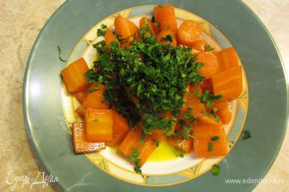 Перед подачей порежьте мелко петрушку, посыпьте сверху морковь.