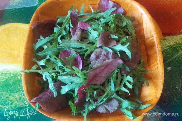 листья салата промыть и обсушить и разбросать на тарелке.