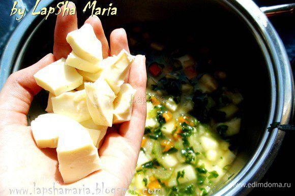 С сыра бри или камамбера срезаем корочку (белую плесень), нарезаем на кубики по возможности (сыр мягковат) и опускаем их в суп.