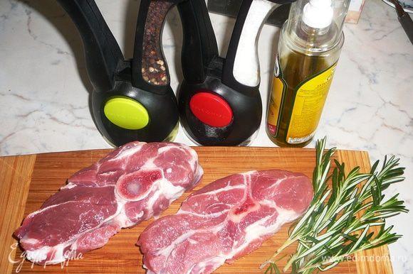 Баранью лопатку порубить на порционные куски, помыть и обсушить. Посолить, поперчить, слегка намазать оливковым маслом.