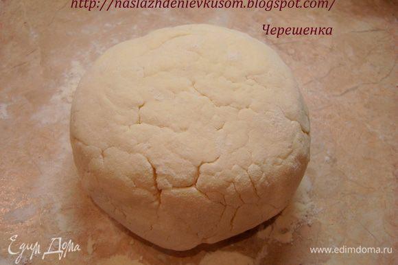 В полученную массу добавляем манку и муку, замешиваем тесто…