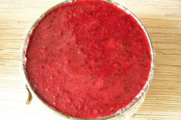 Выложить желе на торт поверх застывшего мусса, снова убрать в холодильник до полного застывания.