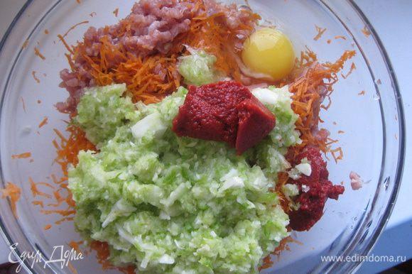 Кабачок натираем на терке с крупными отверстиями, морковь - на мелкой терке, лук мелко рубим. Добавляем овощи к мясному фаршу, также добавляет томатную пасту.