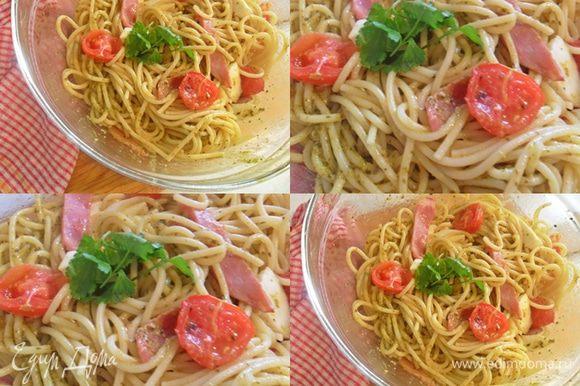 В большой миске аккуратно смешать макароны,ветчину и моцареллу. Немного посолить и посыпать перцем.Добавить помидоры, залить соусом песто и подавать.