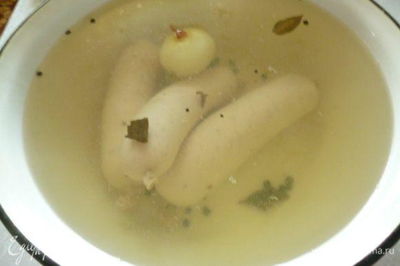 В кастрюлю наливаем воду(колбаски должны в ней свободно плавать).Доводим до кипения,добавляем перец горошком,лавровый лист,одну луковицу,солим чуть сильнее,чем суп,перемешать.Огонь убавляем до минимума,кипение должно быть почти незаметным.Достаем колбаски из холодильника и тонкой иголкой делаем на них несколько проколов,что бы вышел воздух и они не лопались во время варки.Опускаем в кастрюлю колбаски и варим без крышки-40минут.Готовые колбаски всплывают на поверхность.
