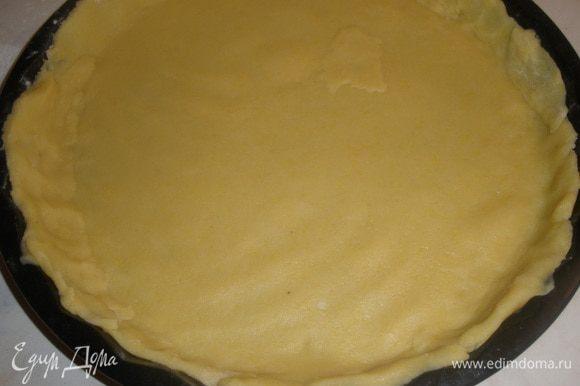 Переложить тесто в форму, смазанную маслом (у меня 28 см), сформировать бортики, потыкать вилкой и отправить в морозилку минут на 15.
