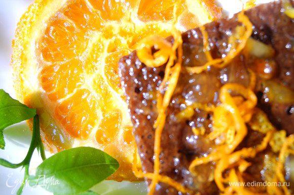 Апельсиново-шоколадное сочетание - вариант беспроигрышный. Пирожные получились с достаточно плотной и мягкой текстурой, немного бархатистой. Когда немного постояли - пропитались джемом и стали ещё вкуснее. На этом я не успокоилась и сделала ещё карамелизованные апельсины. Надеюсь вам понравится. С праздником!
