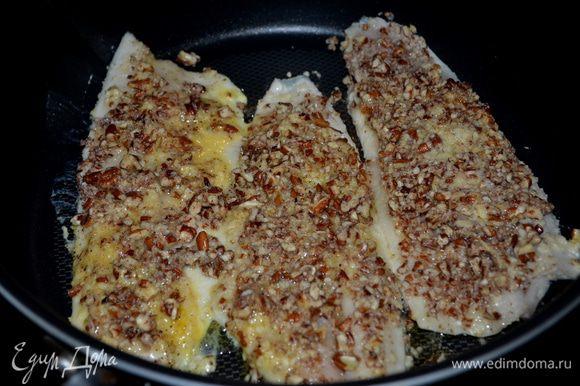 После в пекане.Проделать так с каждой рыбкой. Разогреем сковороду на средне-высоком огне.Добавим топленое масло и обжариваем осторожно переворачивая 5мин.каждую сторону или до золотист.цвета.