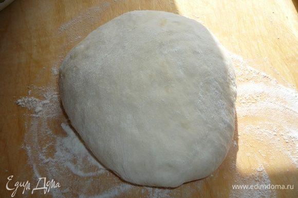 По прошествии этого времени тесто хорошо обмять и оставить подниматься во второй раз минут на 30-40.