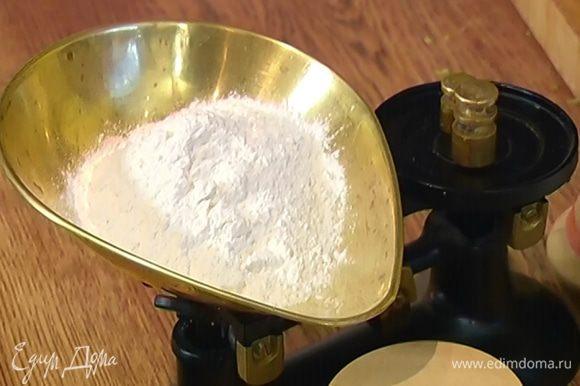 Масло, половину манки и 2–3 ст. ложки муки измельчить в блендере в крошку.