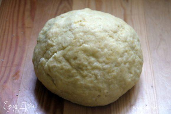 В широкую миску всыпать муку, разрыть в центре ямочку и влить в неё дрожжи, растворённые в тёплом молоке, оливковое масло, яйца и ароматную добавку. Вымесить тесто.