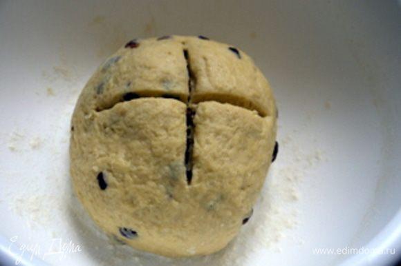Готовое тесто перенести в широкую миску, надрезать накрес и оставить подниматься в тёплом месте, накрыв влажным кухонным полотенцем. Тесто должно увеличится вдвое.