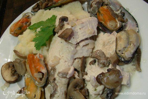 Или выложить блюдо на тарелку и подать с гарниром по Вашему вкусу,у меня сельдерейное пюре. Для него грамм 600 сельдерея отвариваю в пароварке, превращаю в пюре, добавив 1 ст.л. сливочного масла, 50-70 мл молока, 1 ст.л. сливок, мускатный орех. Приятного аппетита)))