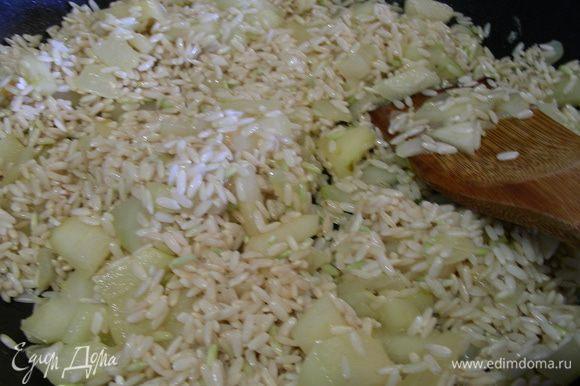 Затем добавляем рис, готовим его до прозрачного цвета. Вливаем половник шампанского и выпариваем его. Затем половник бульона. И так продолжаем до готовности риса, минут 20, чередуя шампанское и бульон.