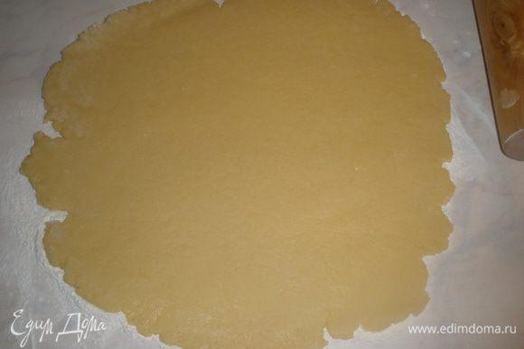 Тесто раскатать в пласт толщиной 5 мм.