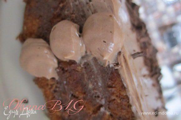 Сначала выровнять верх торта. Затем оформить бока, для этого с корнетика или кулечка на бока нанести небольшие кружочки.