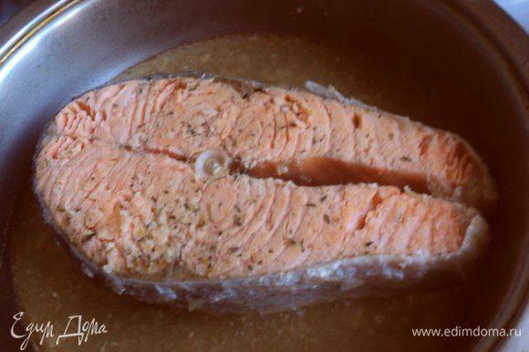 Припустить семгу на сковороде в небольшом количестве воды по 5 мин с двух сторон. Выложить на тарелку, охладить и разделать на небольшие кусочки.
