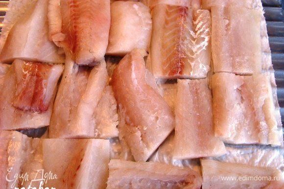 Филе рыбы помыть, обсушить и порезать на 5-6 кусочков. Выложить кусочки рыбы на бумажное полотенце для удаления лишней влаги.