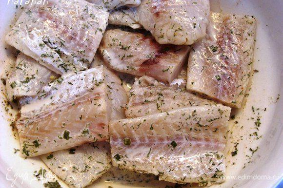 Каждый кусочек рыбы хорошо обмазать маринадом со всех сторон.