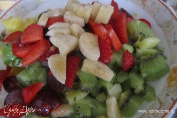Мякоть ананаса порезать. Добавить фрукты и ягоды. Полить лимонным соком. Можно все полить йогуртом. Если салат для взрослых, можно добавить ликер по вкусу.