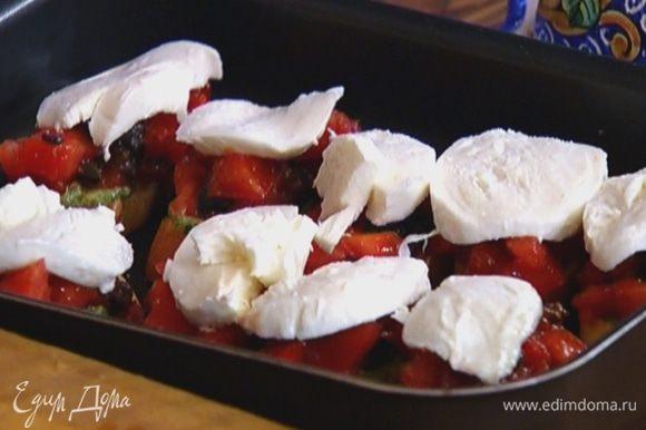 Смазать поджаренный хлеб соусом песто с маслом, сверху выложить по 1 ч. ложке помидоров с оливками, затем по ломтику моцареллы и отправить противень обратно под гриль на 2–3 минуты.