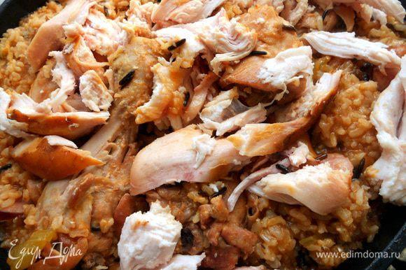 Минут за 7-10 до готовности присолить, поперчить и добавить кусочки копченой курицы без кожицы. Довести до готовности (предпочитаю состояние al dente), снять с огня и дать постоять перед подачей минут 20-30. Присыпать петрушкой или другой зеленью по вкусу (тимьян здесь хорош!).