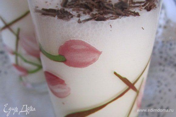Мороженное и молоко взбить в блендере. Разлить в стаканы, украсить шоколадом.