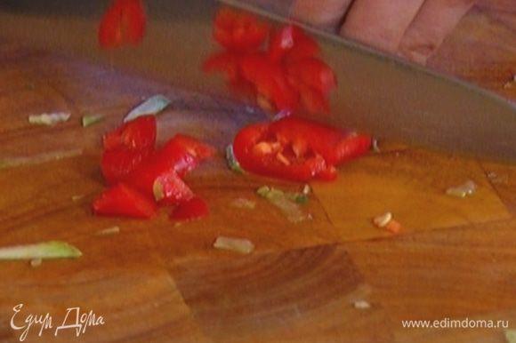 Перец чили, удалив семена, мелко порубить.