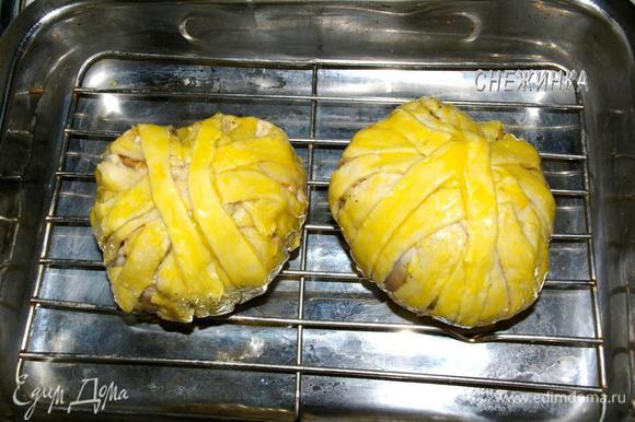 Смазываем «клубки» желтком, ставим в форму. У меня форма с решеткой, я поставила «клубки» на решетку. Выпекаем 40-45 минут в духовке, разогретой до 200С.