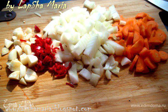 Итак, нам надо нарезать овощи. Довольно крупно нарежем молодую морковку, молодой чеснок и луковицу. Перец чили советую вам попробовать на язык, прежде чем определяться с его количеством. У меня оказался не острый (видимо тоже молодой), поэтому я добавила целый перчик, мелко его порубив.