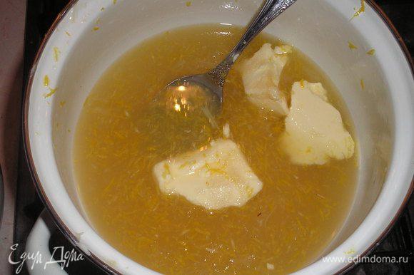 Готовим лимонный крем-мороженое. В кастрюльке смешиваем лимонный сок, сахар, сливочное масло, цедру лимонную. Доводим смесь до кипения и выключаем плиту. Сахар должен полностью растворится.