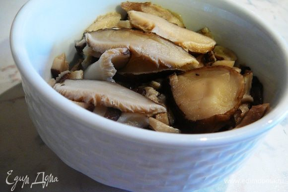 Сухие грибы замочить на 45 минут. Поменять воду и сварить в подсоленной воде...