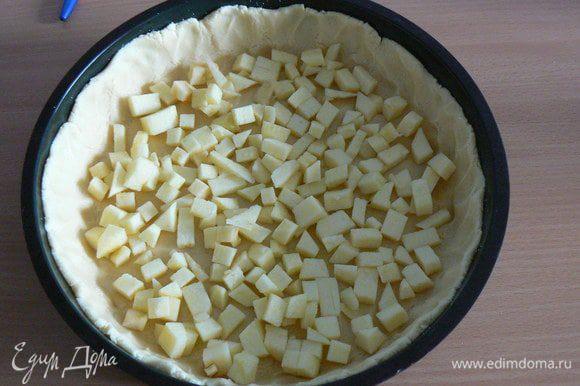 1 яблоко порежьте на мелкие кубики,выложите на тесто