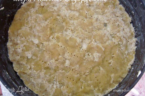 Сперва нужно приготовить основу. Для этого растопить масло/маргарин, добавить муку и желтки и замесить тесто. Форму для запекания смазать сливочным маслом, выложить на дно формы тесто, утрамбовать, наколоть вилкой и поставить в холодильник.