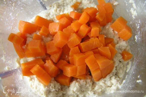 добавить нарезанную морковь, аккуратно перемешать,