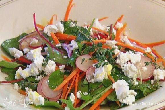 Сыр раскрошить руками, выложить на салат, посыпать все листьями тимьяна и сбрызнуть оставшимся оливковым маслом.