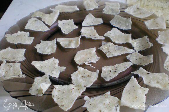 Порвать лаваш на произвольные кусочки и разложить на плоской тарелке в один слой. Поставить в микроволновку на 1 минуту при полной мощности.