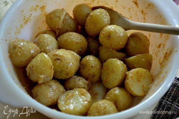 Смешаем соус и добавим наш картофель.