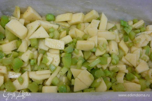 Залить крошки половиной теста,на тесто уложить яблочно-ревневую начинку.