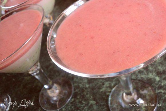 Взбить остывшее клубничное пюре до побеления, добавить 1 стакан взбитых сливок, осторожно перемешать.