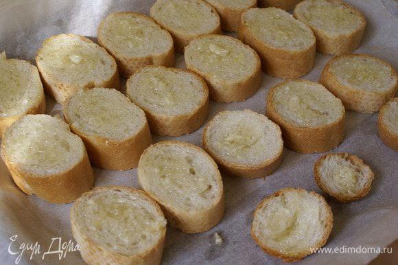 Каждую часть булки помазать оливковым маслом с чесноком при помощи кисточки для выпечки.