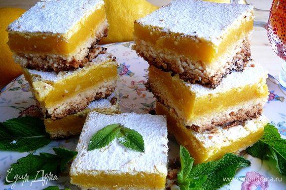 Достать форму с готовыми пирожными из духовки и дать остыть... Только после полного охлаждения достать корж из формы, разрезать на квадратики и посыпать сахарной пудрой.