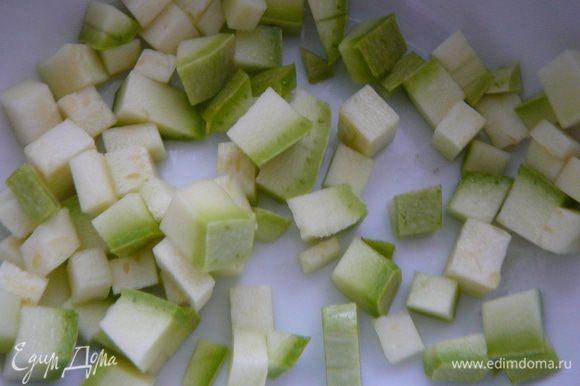 Для начинки №1.Кабачок вымыть нарезать кольцами,затем мелким кубиком,сложить в термостойкую посуду,добавить немного оливкового масла и запечь в микроволновке в течении 2-3 минут.