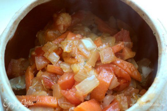 Выложить овощи в горшочки.