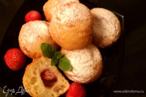 Остывшие пончики посыпать сахарной пудрой и можно подавать ждущей с нетерпением семье. Приятного аппетита!