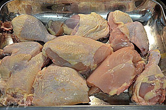 Смажем большую форму или противень олив.маслом.Выложим кусочки курицы так,чтоб ножки и крылышки по краям, а грудки в центре.
